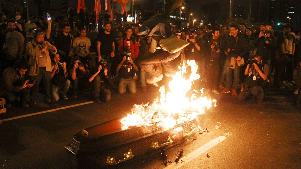 En Sao Paulo 'entierran' a Michel Temer