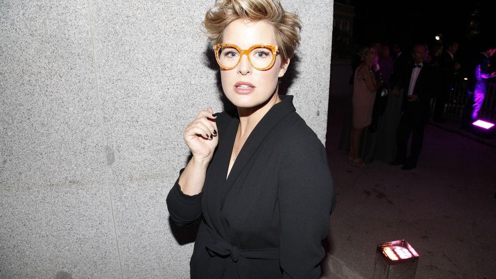 Tania Llasera con un look de Violeta y gafas de Óptica Toscana