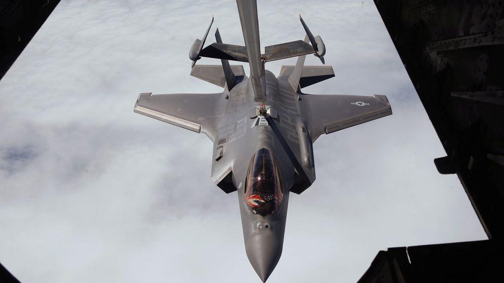 Un caza F-35 recibe suministro de combustible en pleno vuelo