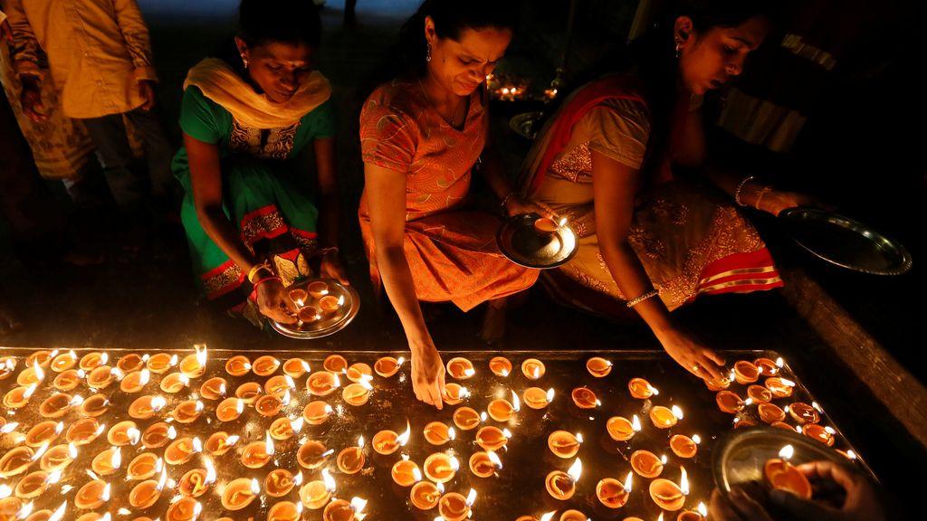 Lámparas de aceite para una ceremonia hindú