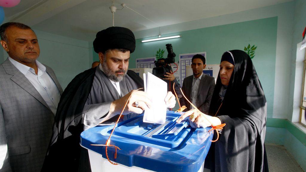 El clérigo chií Muqtada Al Sadr vota en las primeras elecciones en Irak sin la presencia de tropas de EEUU
