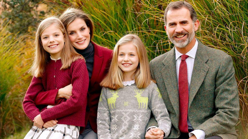 Los Reyes felicitan la Navidad con una imagen familiar en los jardines de Zarzuela