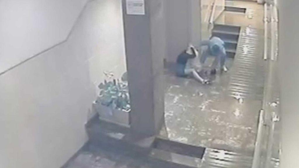 Prisión provisional para el hombre grabado agrediendo a su pareja en un portal