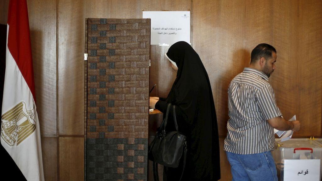 Una egipcia votando en la embajada de Amman