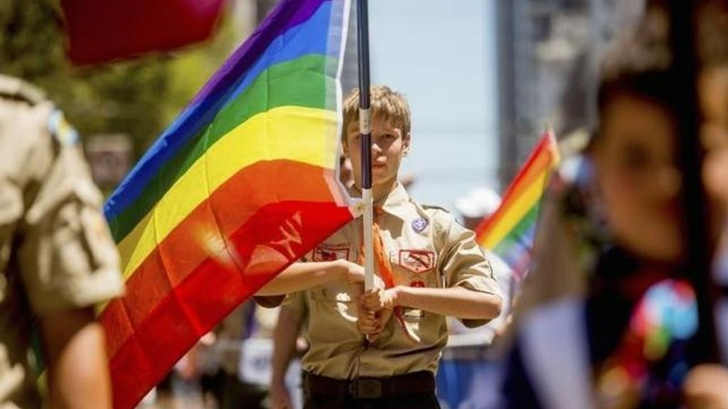 Un Boy Scouts con la bandera gay en California