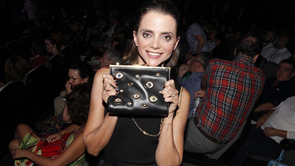 Macarena Gómez con un bolso de lo más daliniano