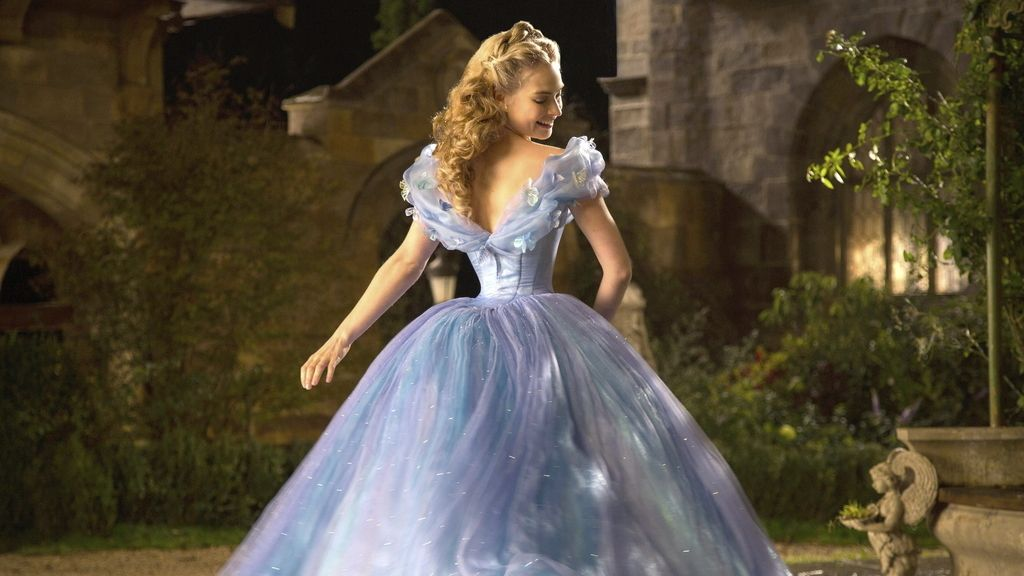 Lily James como la Cenicienta