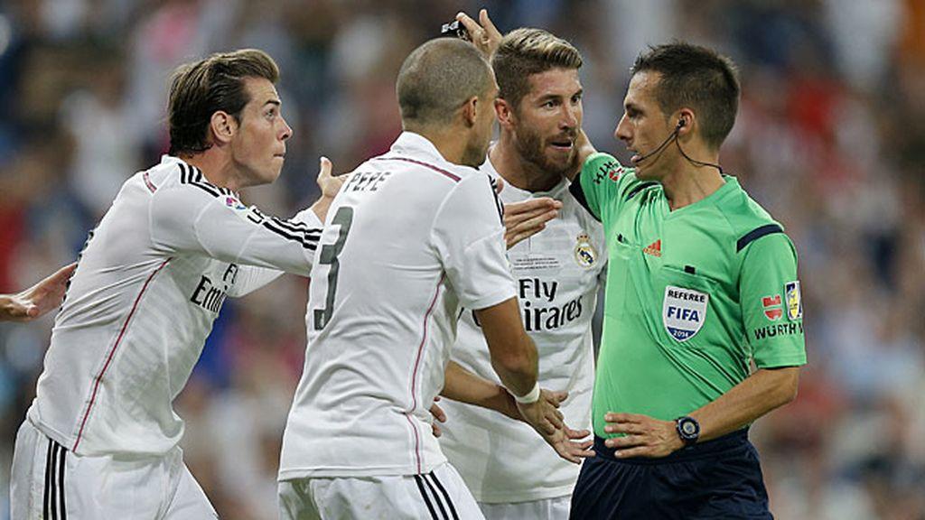 Bale, Pepe y Ramos se quejan al árbitro