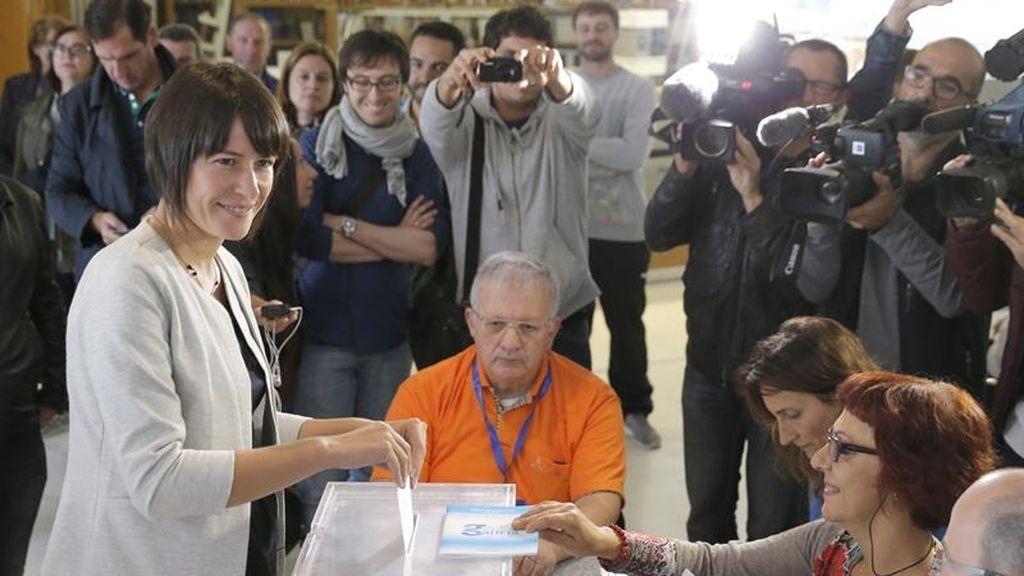 Ana Pontón, candidata del BNG a la Xunta, votando