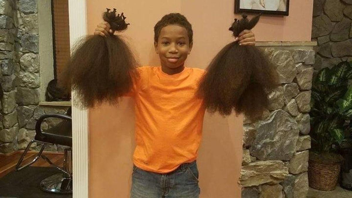 Thomas Moore se corta el pelo para hacer pelucas contra el cáncer