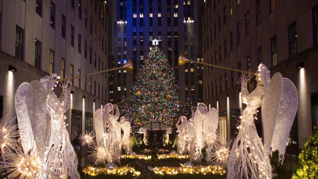 La decoración navideña centra la atención de los viandantes en las calles