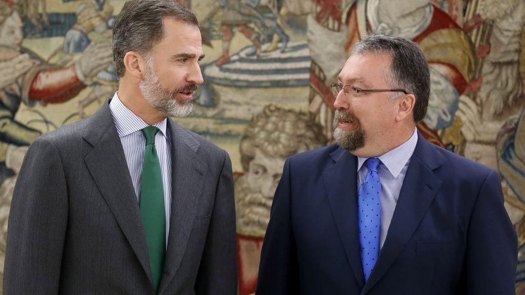 El rey Felipe VI con Isidro Martínez Oblanca, representante de Foro Asturias