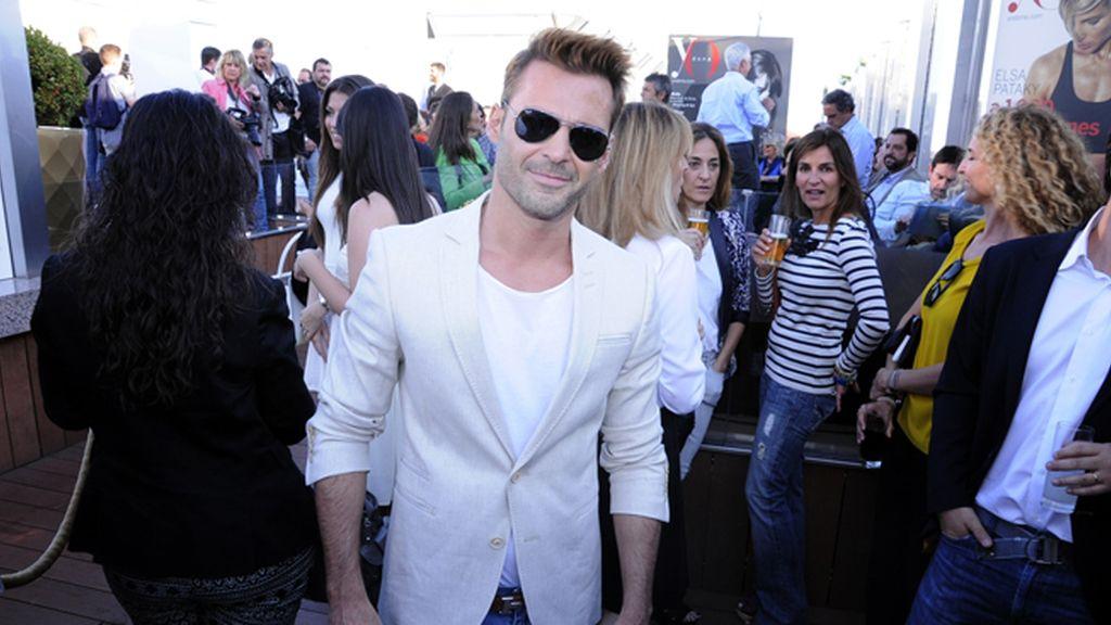 El cantante Hugo Castejón disfrutando de la fiesta en la terraza del Hotel ME Madrid Reina Victoria