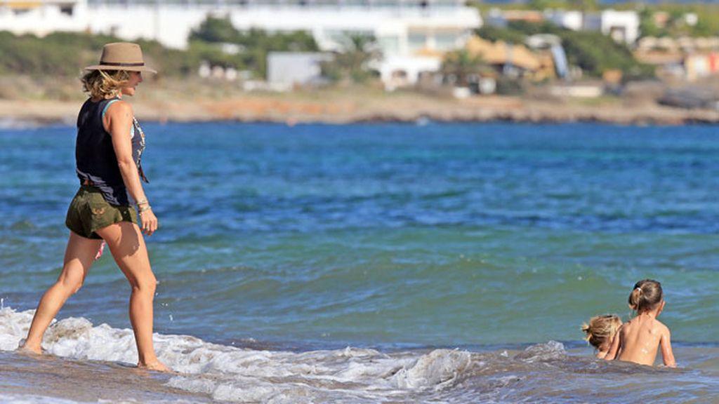 Baños y juegos en familia en el Mediterráneo