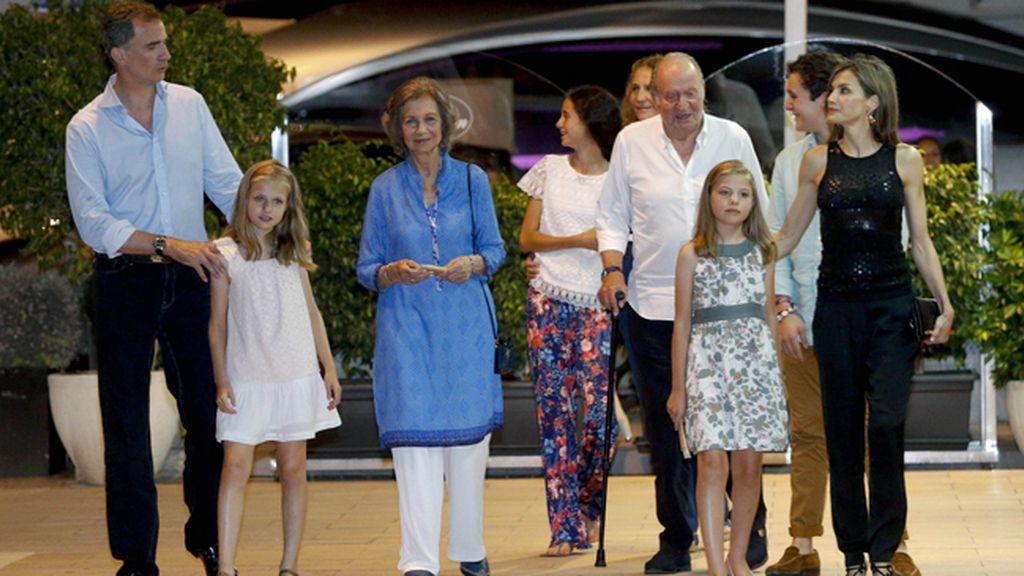 La Familia Real al completo de cena en Mallorca