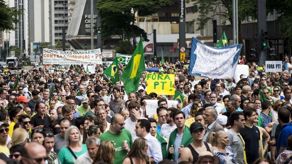 Miles de personas se manifiestan en Sao Paulo contra la reelección de Rousseff