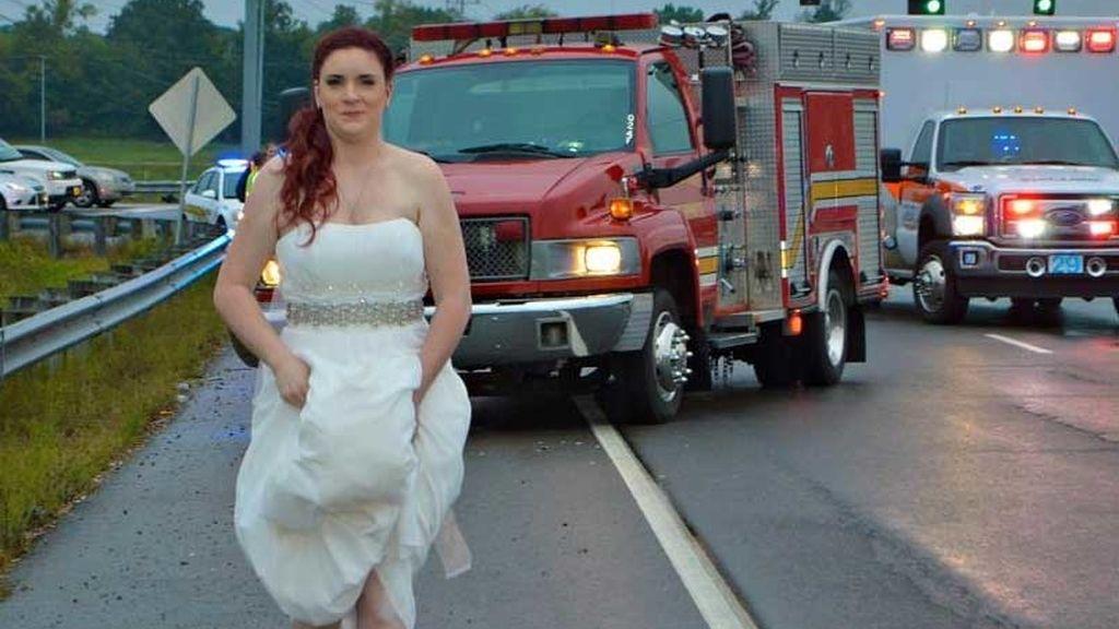 Deja su boda para ayudar en el accidente de coche de sus padres y sus abuelos