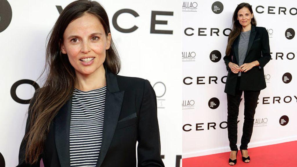 Elena Anaya, con traje y camiseta a rayas