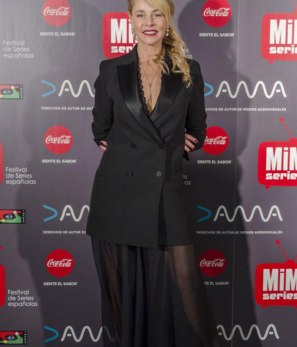 Maxi chaqueta y transparencias para el 'total black' de Belén Rueda