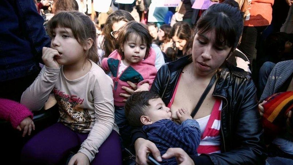 Mujeres amamantan a sus bebés en público en señal de protesta en Argentina