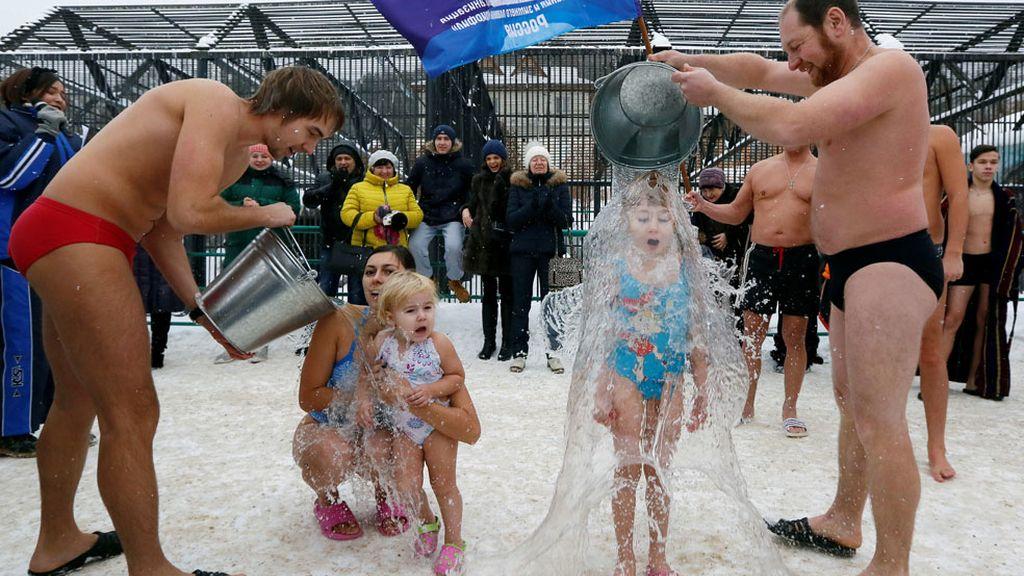 Cubos de agua fría para celebrar el Día del Oso Polar