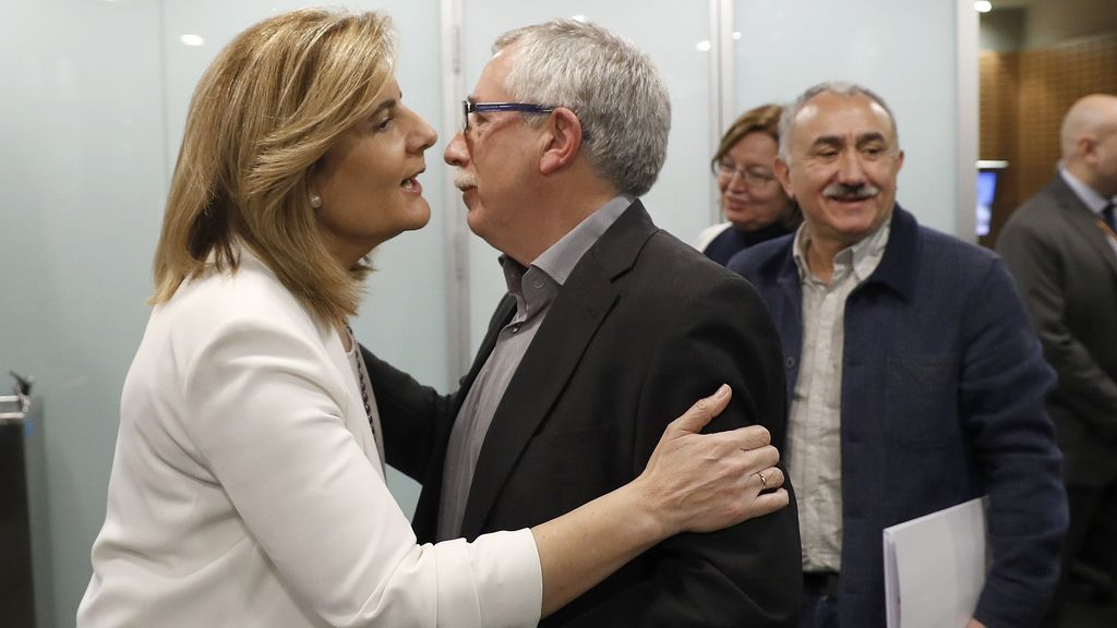 La ministra de Empleo, Fátima Báñez, con los secretarios generales de CC.OO, Ignacio Fernández Toxo (c), y de UGT, Pepe Álvarez