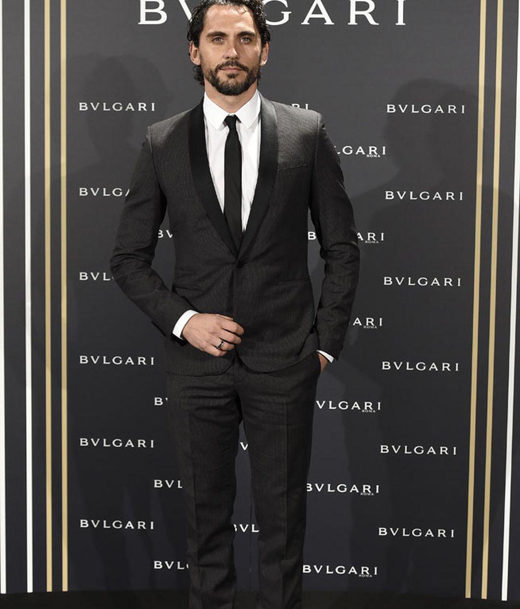 Paco León, traje gris marengo y corbata negra