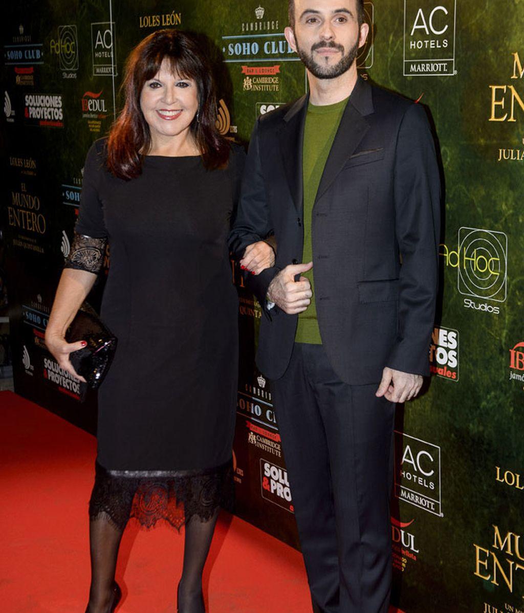 Loles León, protagonista de la película, junto al director Julián Quintanilla