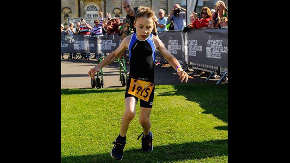 Un niño de 8 años con parálisis cerebral consigue finalizar una triatlón en un ejemplo de superación