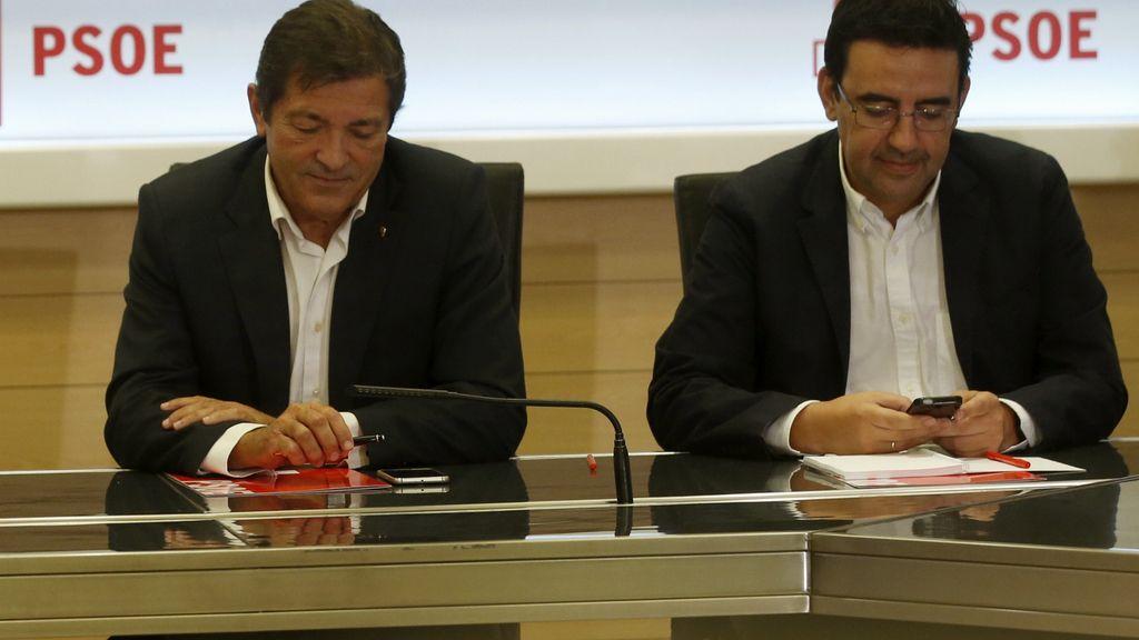 Javier Fernández y Mario Jiménez en la reunión de la gestora del PSOE
