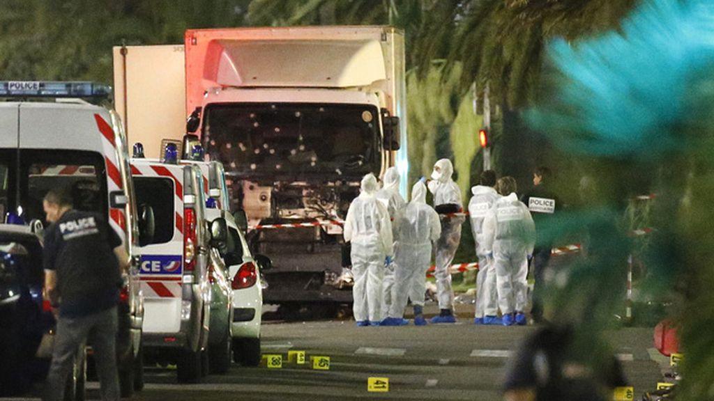La policía inspecciona el camión que ha arrollado a una multitud en Niza