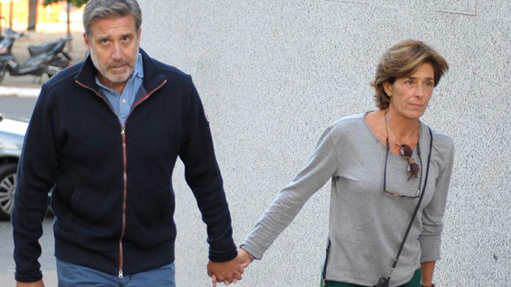 Emilio Aragón acudió al tanatorio acompañado de su esposa Aruca