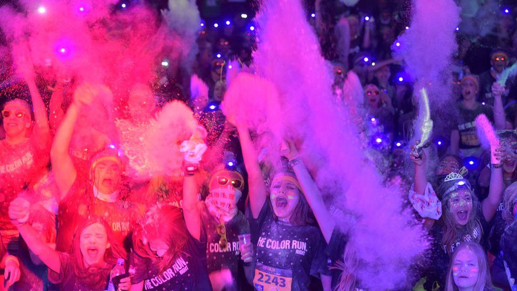 Los participantes de 'La Carrera Nocturna del Color' son cubiertos de pintura
