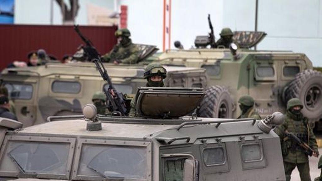 Militares rusos se hacen con armas del Ejército de Ucrania en Crimea