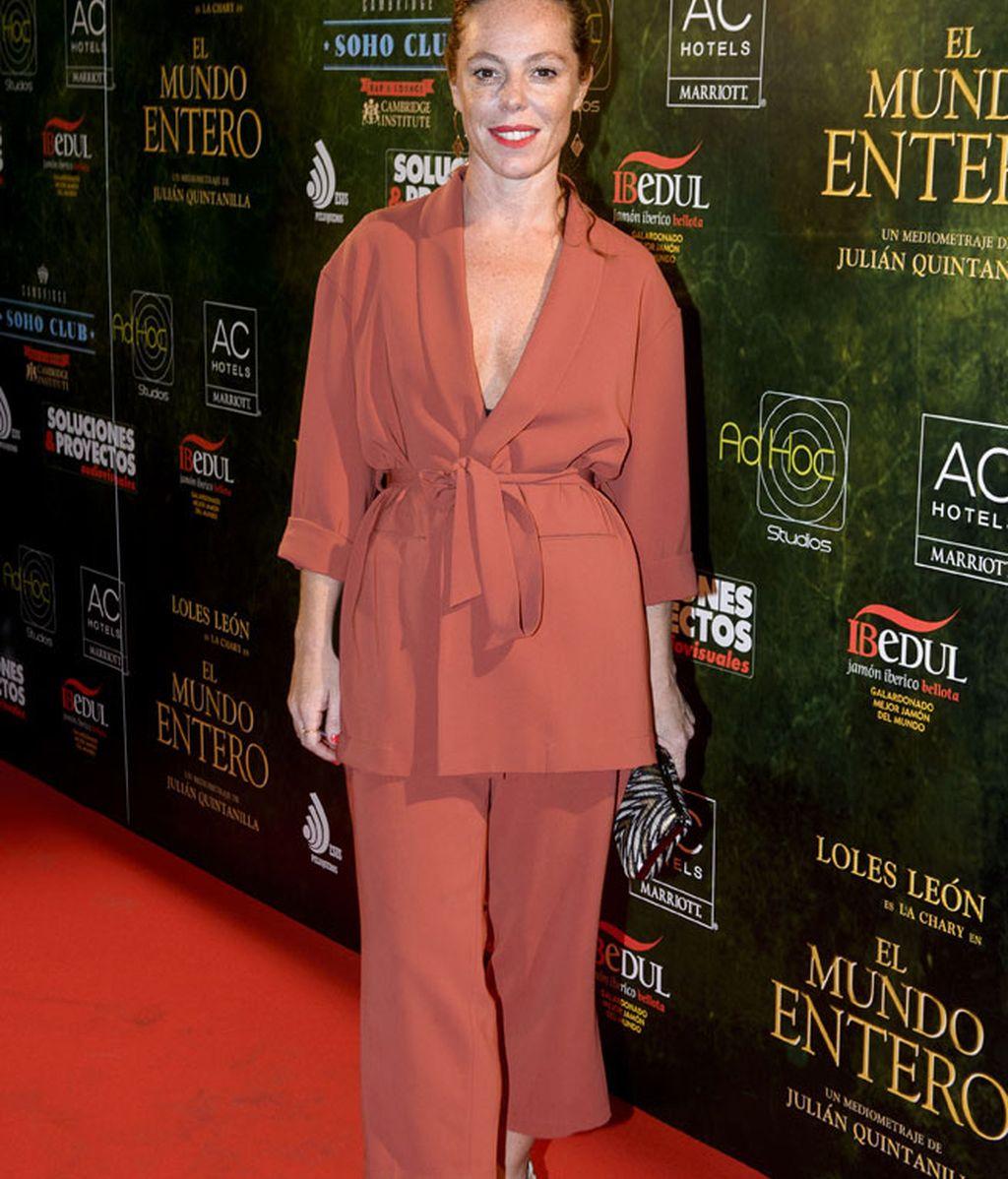 La actriz Silvia Marty, con un escotado traje color teja