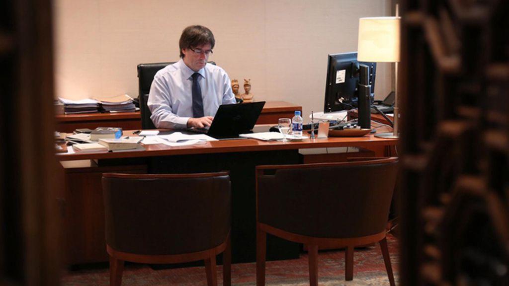 Carles Puigdemont, presidente de la Generalitat de Cataluña, trabajando en su despacho