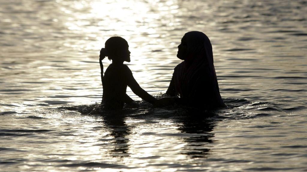 Mujeres bañándose en Indonesia