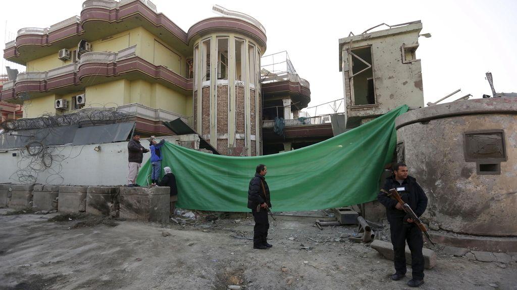 Personal de seguridad afganas hacen guardia frente al edificio