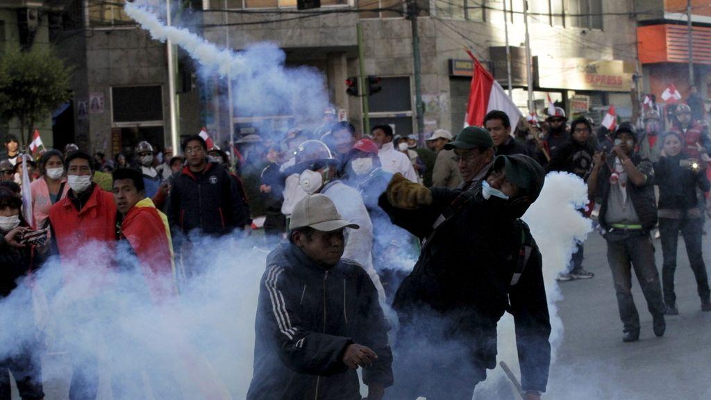 La Policía emplea gas lacrimógeno en una protesta minera en Potosí