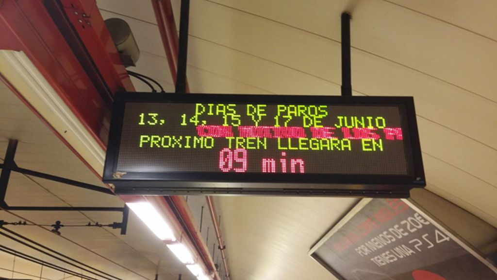 Imagen de un panel anunciado los paros en el Metro de Madrid