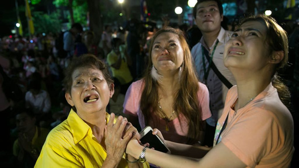 Los tailandeses lloran la muerte de Bhumibol, su rey durante 70 años.