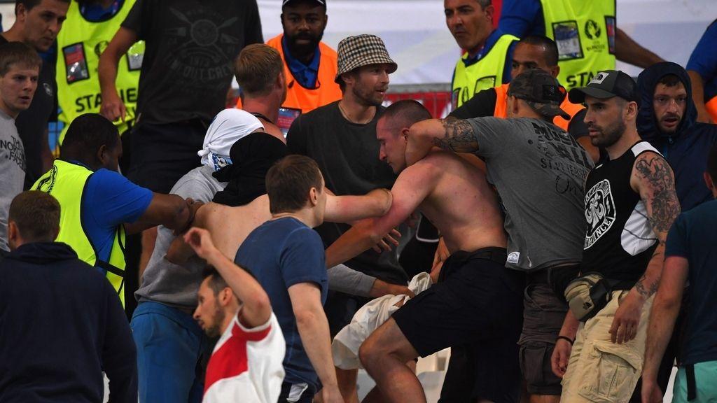 Ingleses y rusos se enfrentan por la calles de la ciudad portuaria