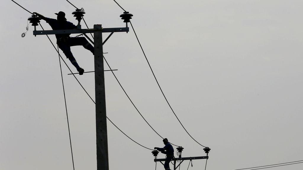 Arreglar antenas eléctricas, un trabajo bastante peligroso