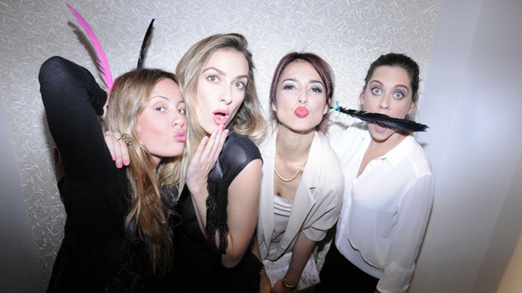Paloma R. Juanes, Kira Miró, Cristina Brondo y María León, con plumas y a lo loco