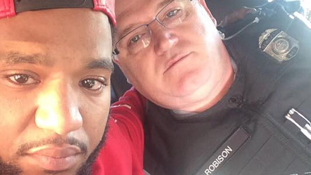 El gesto de un Policía a un joven negro que demuestra que la convivencia racial es posible en EEUU