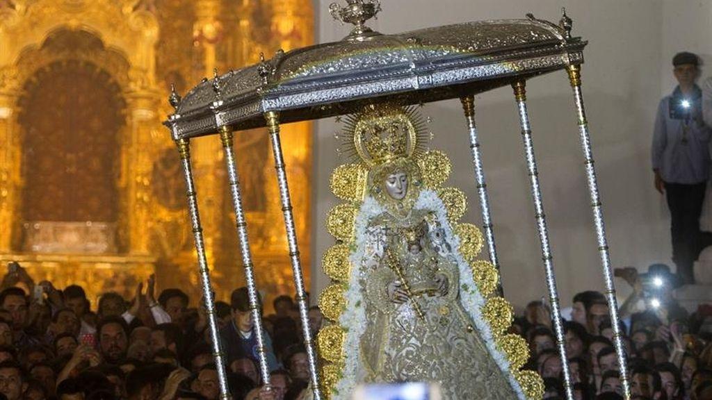 El salto a la reja inaugura la procesión de la Virgen del Rocío