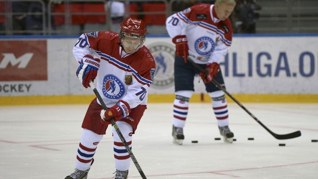 Vladímir Putin marca 8 goles en un partido de hockey sobre hielo