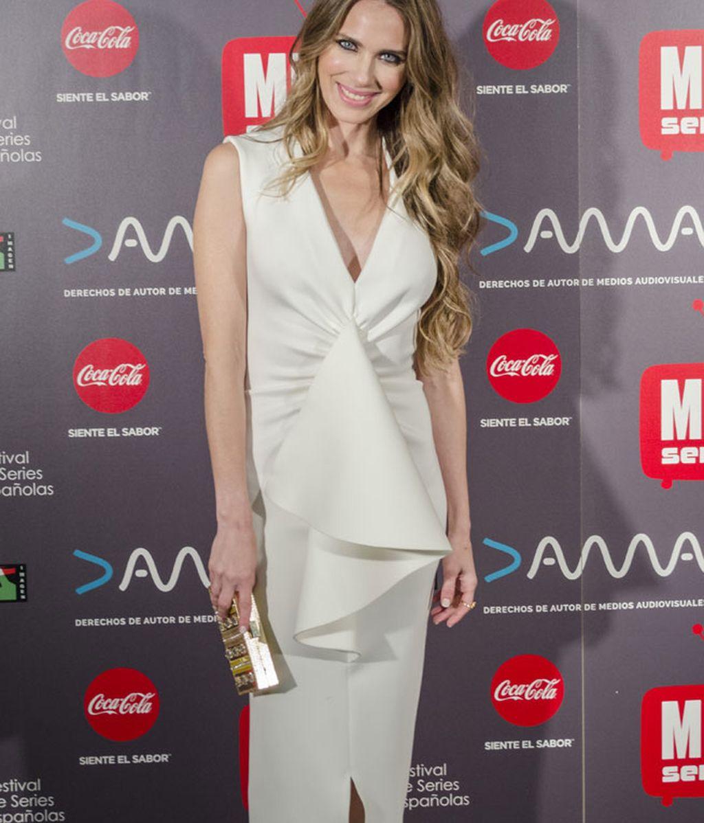 La elegancia de Vanessa Romero en clave de blanco y 'clutch' dorado