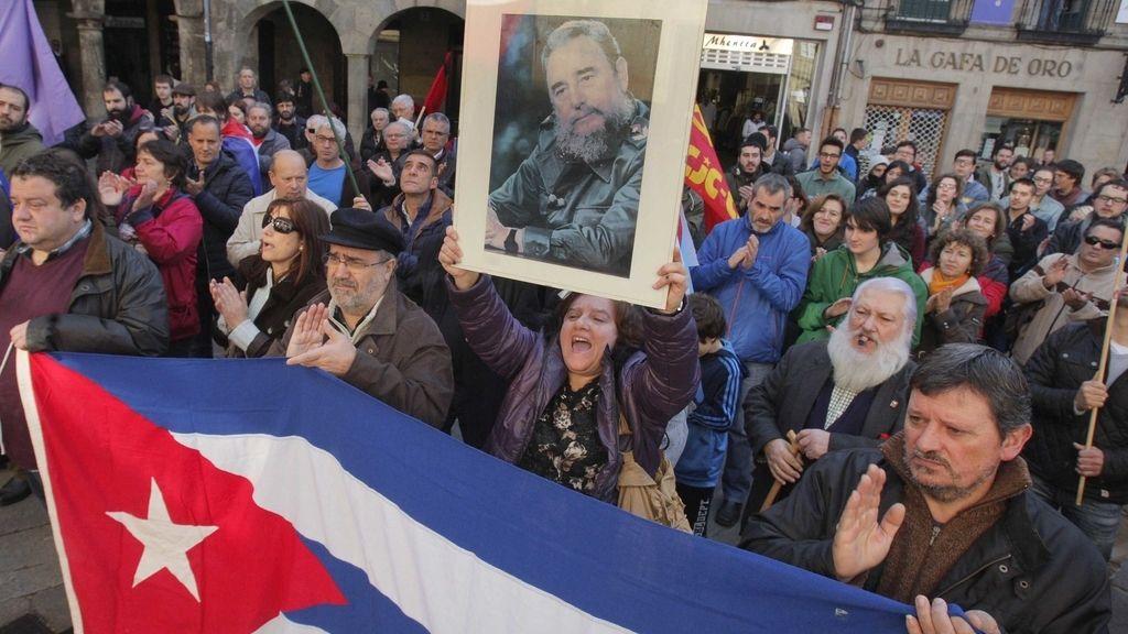 """Miembros de la Asociación de Amizade Galego-Cubana """"Francisco Villamil"""" durante el acto de homenaje en recuerdo del líder cubano de orígenes gallegos Fidel Castro"""