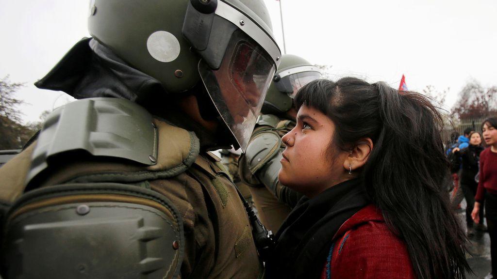 Una protesta que encara a policías y manifestantes, en Chile